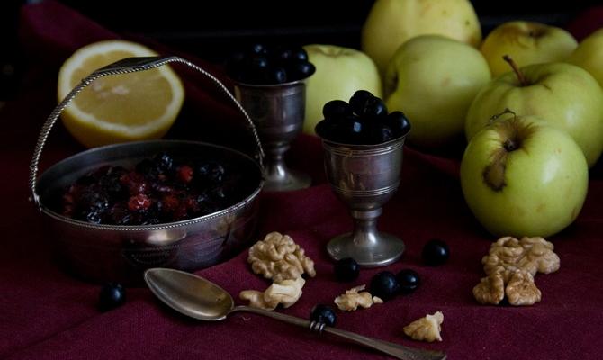 Вкусный тандем – сладкие яблоки и спелые ягоды
