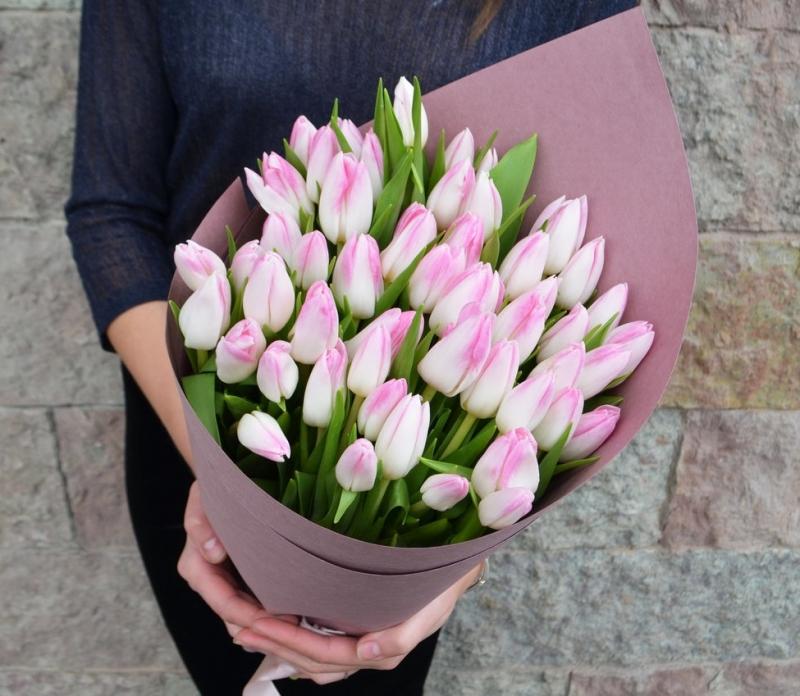 Цветы опт, купить тюльпаны букет руках фото