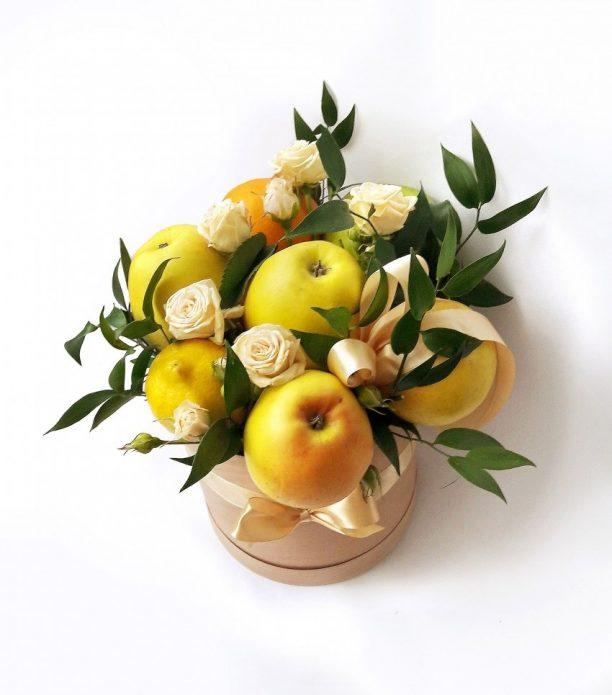 Прекрасный букет из яблок и роз