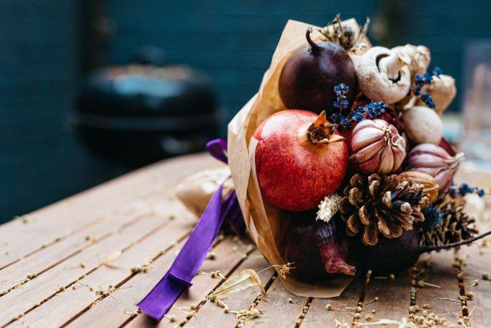 Овощной букет с гранатом и чесноком