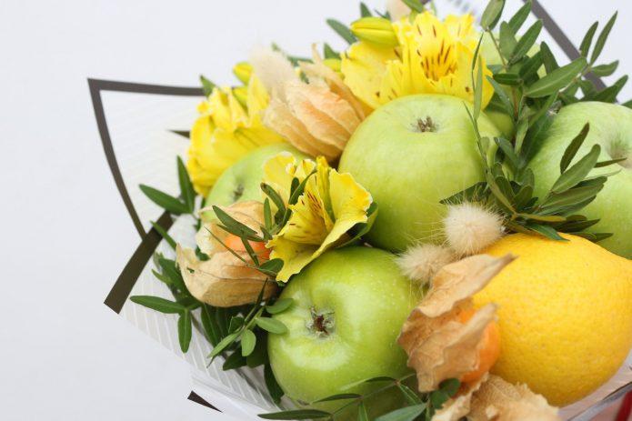 Композиция из яблок и физалиса
