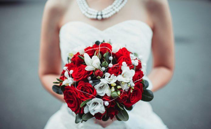 Невеста с красно-белым букетом