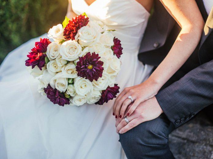 Букет из белых роз и красно-фиолетовых астр