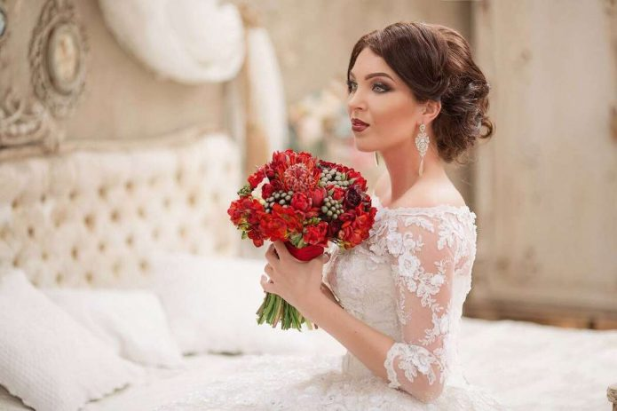 Невеста с ярким сочным букетом