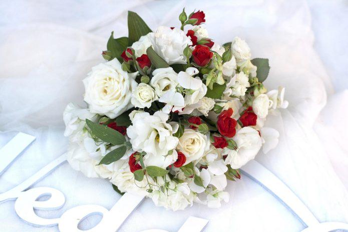 Букет из белых роз и эустом с добавлением маленьких красных цветов