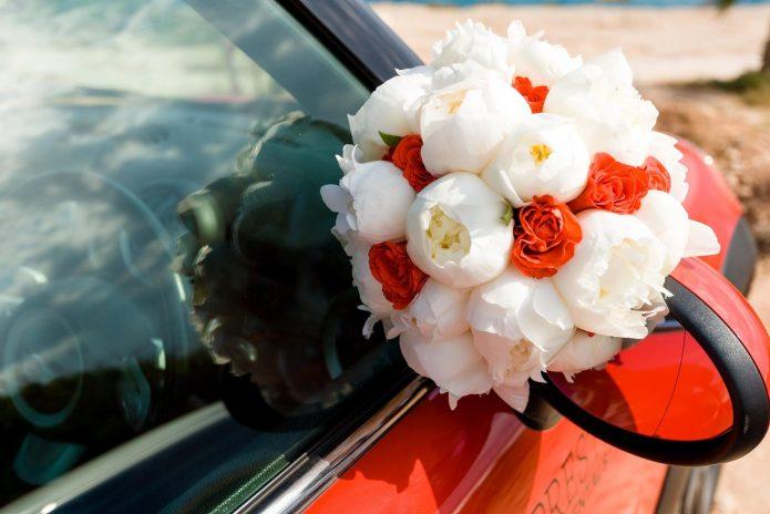 Букет из белых пионов и красных роз