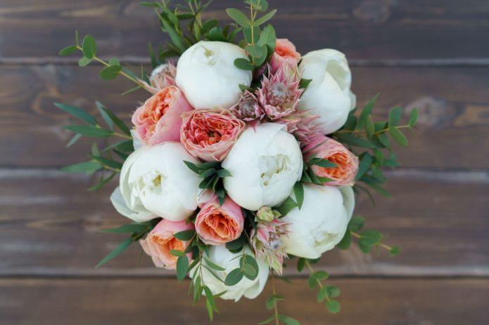 Букет из белых пионов и ярко-оранжевых пионовидных роз