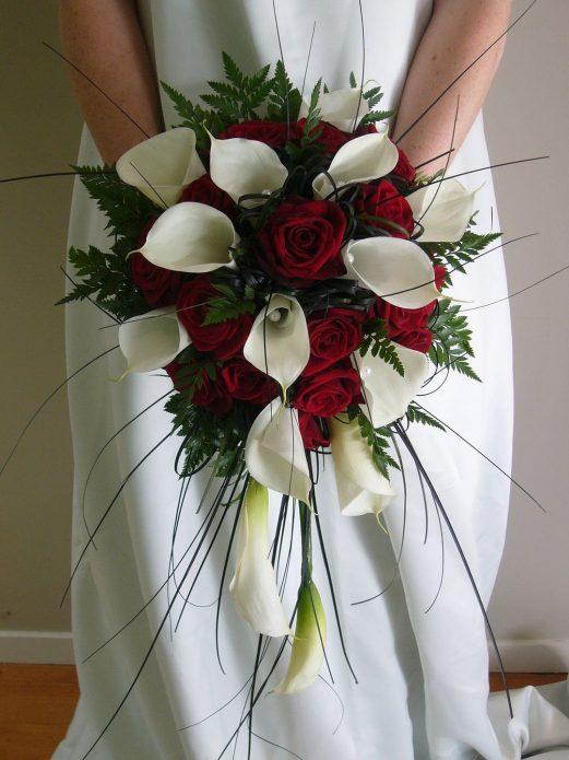 Необычная композиция из белых калл и красных роз