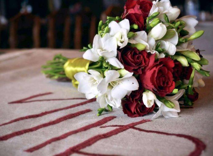 Букет для красно-белой свадьбы