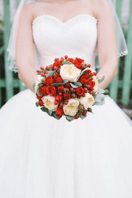 Невеста с бело-красным букетом