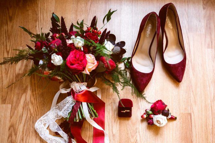 Букет и аксессуары невесты в красном