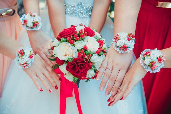 Букет невесты и браслеты подружек невесты из цветов