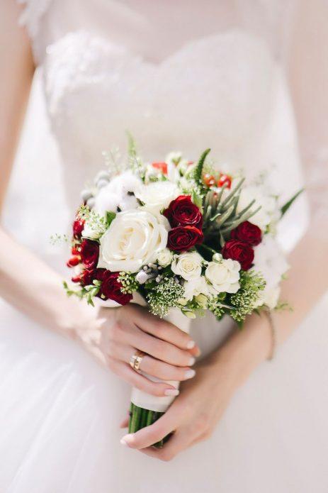 Классический шарообразный букет из красно-белых цветов