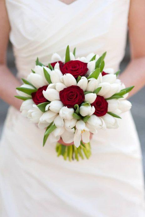 Букет из белых тюльпанов и красных роз